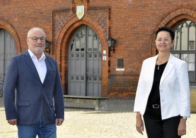 Fotostudio Ellmenreich | Vorsitzender der Stadtverordnetenversammlung, Rainer Picker, und Annett Jura, Bürgermeisterin, vor dem Perleberger Rathaus