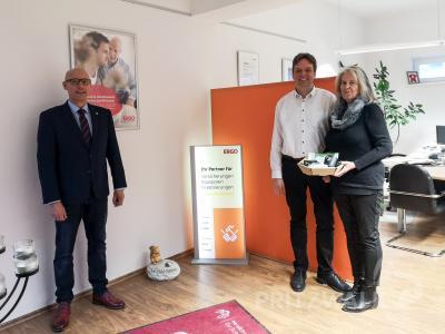 Bürgermeister Dr. Ronald Thiel überbrachte Marlies Oswald und Jörg Pekrul Glückwünsche der Stadt zum Firmenjubiläum. Foto: Beate Vogel