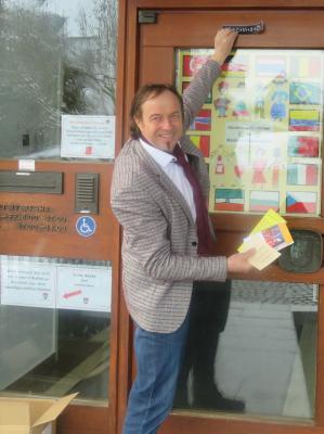 Bürgermeister Bernhard Uhl bringt die Segenswünsche an der Rathaus-Tür an