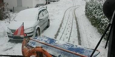 Parkende Fahrzeuge am Straßenrand behindern die Durchführung des Winterdienstes