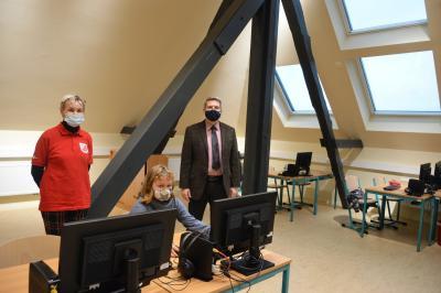 Schulleiterin Kerstin Schulz, Schülerin Thyra Blohm und Bürgermeister Dr. Oliver Hermann im neuen Computerraum: I Foto: Martin Ferch