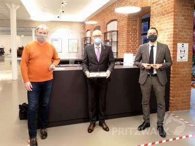 Bürgermeister Dr. Ronald Thiel (M.), Sven Dahnke (l.) und Lars Schladitz (r.) stellen die neuen Münzen zu 765 Jahre Pritzwalk vor. Foto: Beate Vogel