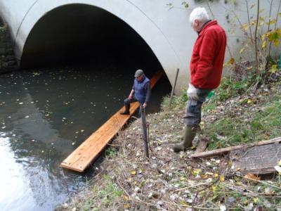 Jürgen Bauer und Carl Most beim Bau des Otterstegs