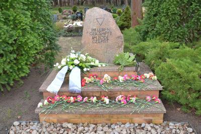 Gedenkstein für die Opfer von Faschismus und Gewaltherrschaft nach der stillen Blumenniederlegung im Jahr 2018 auf dem städtischen Hauptfriedhof im Ortsteil Zerkwitz, Quelle: Stadt Lübbenau/Spreewald