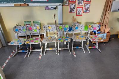 Foto zur Meldung: Klasse 4c: Upcycling mit alten Holzstühlen