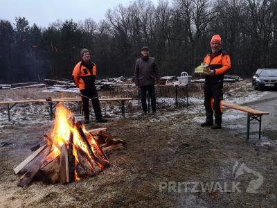 Am Lagerfeuer: Bürgermeister Dr. Ronald Thiel gratulierte Ralph Bütow (r.) und Gebhard Pejunk (l.) zum 20-jährigen Bestehen ihrer GbR. Foto: Beate Vogel