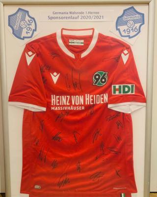 Foto zur Meldung: 1.Herren - Versteigerung eines Hannover 96 Trikot mit Original Unterschriften