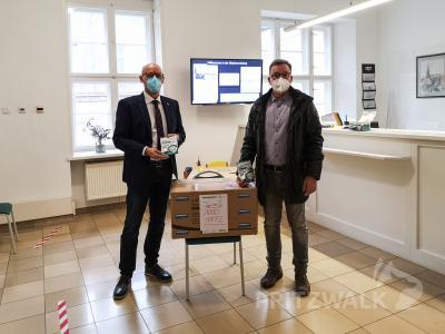 Dr. Ronald Thiel (l.) freut sich über die Spende von Mike Blechschmidt – 2000 FFP2-Masken, die nun an die Bürger ausgegeben werden können. Foto: Beate Vogel