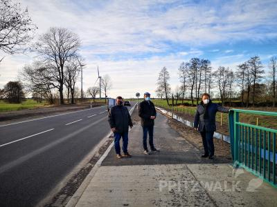 Halldor Lugowski, Dr. Ronald Thiel und Sebastian Steineke (v.l.) an der neu gebauten B 189 am Ortsausgang Kemnitz. Foto: Beate Vogel