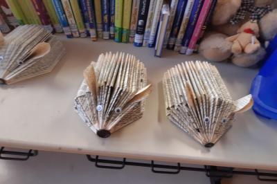 Foto zur Meldung: Klasse 4AA: Upcycling mit alten Büchern