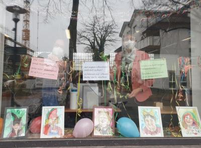 Foto zur Meldung: Karnevalistische Fensterdekoration im Bürgerbüro