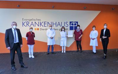 Das KHDS-Diabetes-Team freut sich mit Guido Wernert, KHDS-Geschäftsführer (li.) und Anett Sandkuhl, KHDS-Verwaltungsdirektorin (re.) über die Re-Zertifizierung