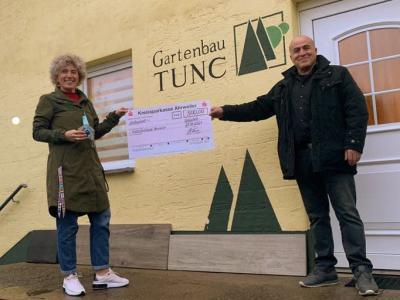 Foto zur Meldung: Weihnachtsbaum-Spendenaktion der Gartenbau Tunc GmbH –  500 Euro für den Kinderschutzbund Ahrweiler