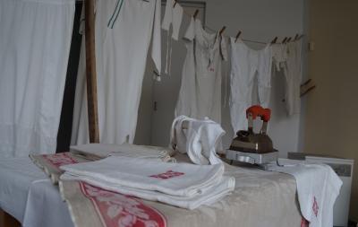 historische Wäsche auf einem Bügeltisch und an der Wäscheleine