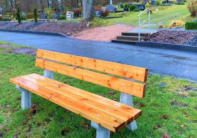Foto zur Meldung: Neue Sitzbank und Geländer für den Wehrdaer Friedhof