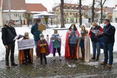 Foto zur Meldung: Sternsinger der Katholische Pfarrei Heilige Familie Lübbenau unterwegs im Stadtgebiet – Rathaus gesegnet