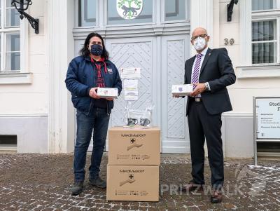 Detlef Backhaus übergibt rund 2500 bunte Masken an Bürgermeister Dr. Ronald Thiel. Foto: Beate Vogel