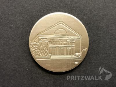 Die Februar-Ausgabe der Jubiläums-Medaille zeigt das Kulturhaus, an dem demnächst umfassende Sanierungsmaßnahmen beginnen. Foto: Beate Vogel