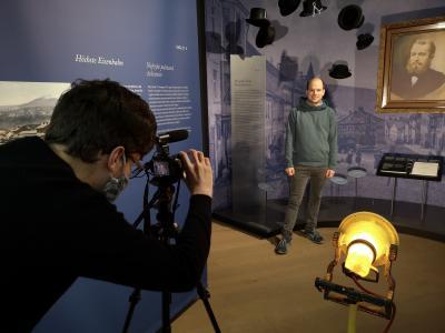 FÖJler Sebastian Stinzing und Johannes Matt, Mitarbeiter an der Umweltstation Bayerisch Eisenstein bei den Dreharbeiten zum kurzen Infofilm über die NaturparkWelten.