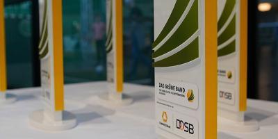 Zu einem Pokal erhalten die Gewinnervereine einen Scheck über 5.000 Euro. Foto: Markus Goetzke/DOSB