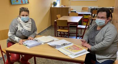 Stadt Perleberg | Leiterin Oesemann und Kollegin Mundt bereiten sich auf das gemeinsame Lernen mit den Grundschülern vor.