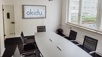 Meetingraum mit großem Sitzungstisch