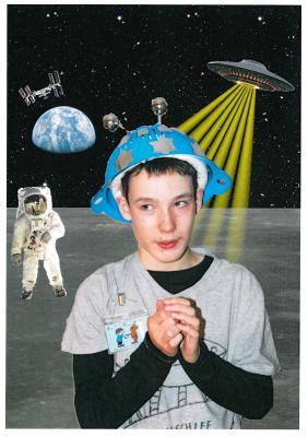 """Fotocollage, eingereicht von Hannes Wittig, Lauchhammer: """"Motto unseres Schulfaschings: '(T)Raumschiff Franziskus' willkommen in der Welt der Außerirdischen / um mit den Außerirdischen Kontakt aufzunehmen, habe ich meinen selbst gebastelten Astronautenhelm aufgesetzt – gleich düse ich ins Weltall!!!"""""""
