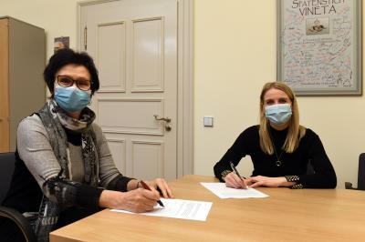 Bürgermeisterinnen Dr. Gabriela Lantzsch und Anna-Luise Conrad bei der Unterzeichnung der Kooperationsvereinbarung, Foto: Thomas Kube, LVZ
