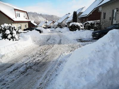 In den Anliegerstraßen liegt jede Menge Schnee auf den Gullys.