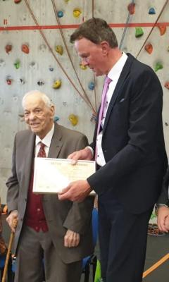 Gemeinde Willingshauen Bildunterschrift von links   Gilbert Sauvan , Bürgermeister Heinrich Vesper