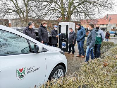 Mit dem stadteigenen E-Auto am Start: Bürgermeister Dr. Ronald Thiel und Stadtwerke-Geschäftsführer Mirko Seidel übergeben die Schnellladesäule. Foto: Beate Vogel