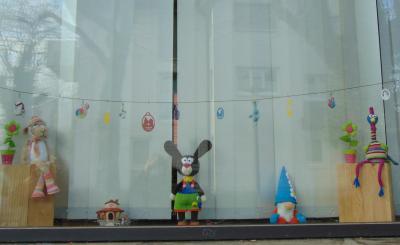 Foto zur Meldung: Oster- und Frühlingsdekoration der Fenster des Bürgerbüros