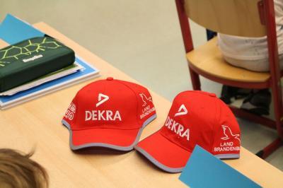 Schon seit vielen Jahren erkennt man die Erstklässler in Cottbus an den roten Mützen. Diese sollten auch ab Montag wieder getragen werden, wenn der Unterricht im Wechselmodell beginnt. Foto: Verkehrswacht Cottbus