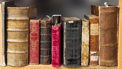 https://pixabay.com/de/photos/buch-lesen-alte-literatur-b%C3%BCcher-1659717/