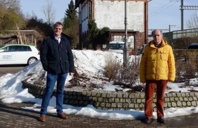 Bürgermeister Detlef Kaatz und Ortsbürgermeister Harald Koch am bisherigen Parkplatz am Bahnhof Weddel