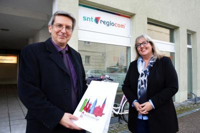 Bürgermeister Dr. Oliver Hermann und Particia Evans, Standortleiterin des Callcenters der snt-regiocom  I Foto: Martin Ferch