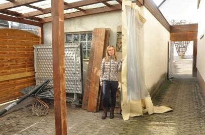 Für den Freisitz im Außenbereich, den Jugendpflegerin Hilda Inhof zeigt, sind neue Planen zum Schutz vor Regen, Wind und Kälte vorgesehen.