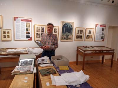Stadt Perleberg | Dr. Bernhard Lauer beim Aufbau der Ausstellung im Stadt- und Regionalmuseum Perleberg