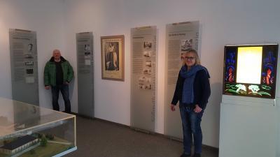 Bürgermeister Jörg Schützeberg und Museumsleiterin Dagmar Ruhlig-Lühnen vor den Neuen Informationstafeln; Foto: Lars Obermann