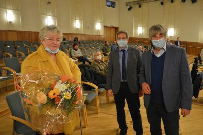 Bürgermeister Dr. Oliver Hermann und Stadtverordnetenvorsitzender Karsten Korup (r) dankten Resi Kämling I Foto: Martin Ferch