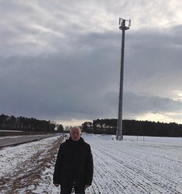 """Der Funkturm in Göhlen steht. """"Leider erfolgt die Stromversorgung durch die WEMAG erst nach Ostern,"""" bedauert Bürgermeister Helmut Seyer"""