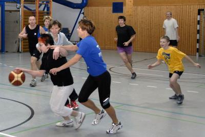 Haltet den Dieb - die gemischte Mannschaft (Mutti Herbrich am Ball) mit Schülern, Eltern und Übungsleitern war eine Überraschung im Turnier der Damen