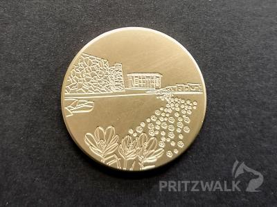 Die Medaille für den Monat März zeigt ein Blumenband. Foto: Beate Vogel