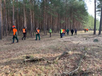 Fallwildsuche mit Landwirten in einem Waldstück nahe Trebitz