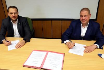 Gero Janze (l.) und Wittich Schobert (r.) besiegelten eine weitere Kooperation zwischen der Samtgemeinde Grasleben und der Stadt Helmstedt. (Bild: Stadt Helmstedt)