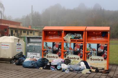 Überfüllte Altkleider-Container in der Sontraer Breitwiese.
