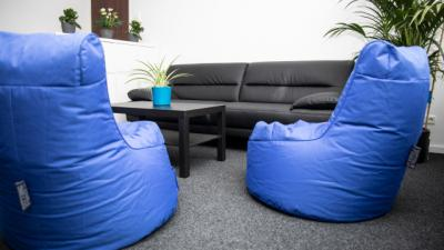 gemütliche Sitzecke mit Sofa, Sitzsäcken und Zimmerpflanzen
