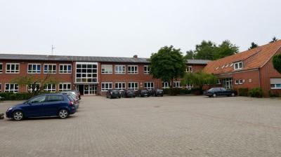 Das Gebäude der früheren Orientierungsstufe Merzen nutzen die Grundschule und viele Vereine. Eine Untersuchung ergab inzwischen, dass eine Sanierung unwirtschaftlich wäre (Archivfoto von Christian Geers)