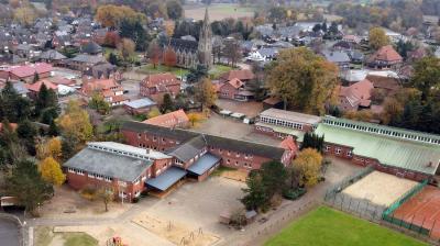 Zentraler Ort in der Dorfmitte Merzens: Die Grundschule (im Vordergrund) ist in mehreren Gebäuden untergebracht. In dem in den 1970er-Jahren erbauten und in den 1990er-Jahren erweiterten Bau sowie in einem aus den 1950er-Jahren stammenden Trakt, der einst die Orientierungsstufe beherbergte.  Foto: Herbert Kempe