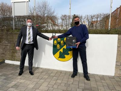 Übergabe der Wärmebildkamera an den Gemeindebrandinspektor Carsten Wentrot